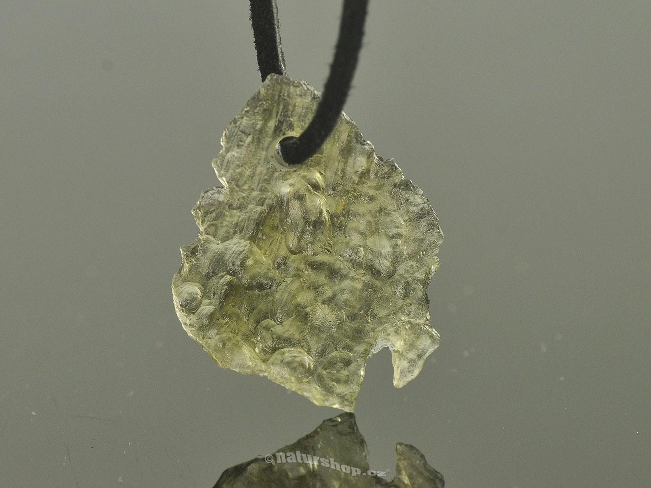 Přívěsek vltavín na kůži 2,3g