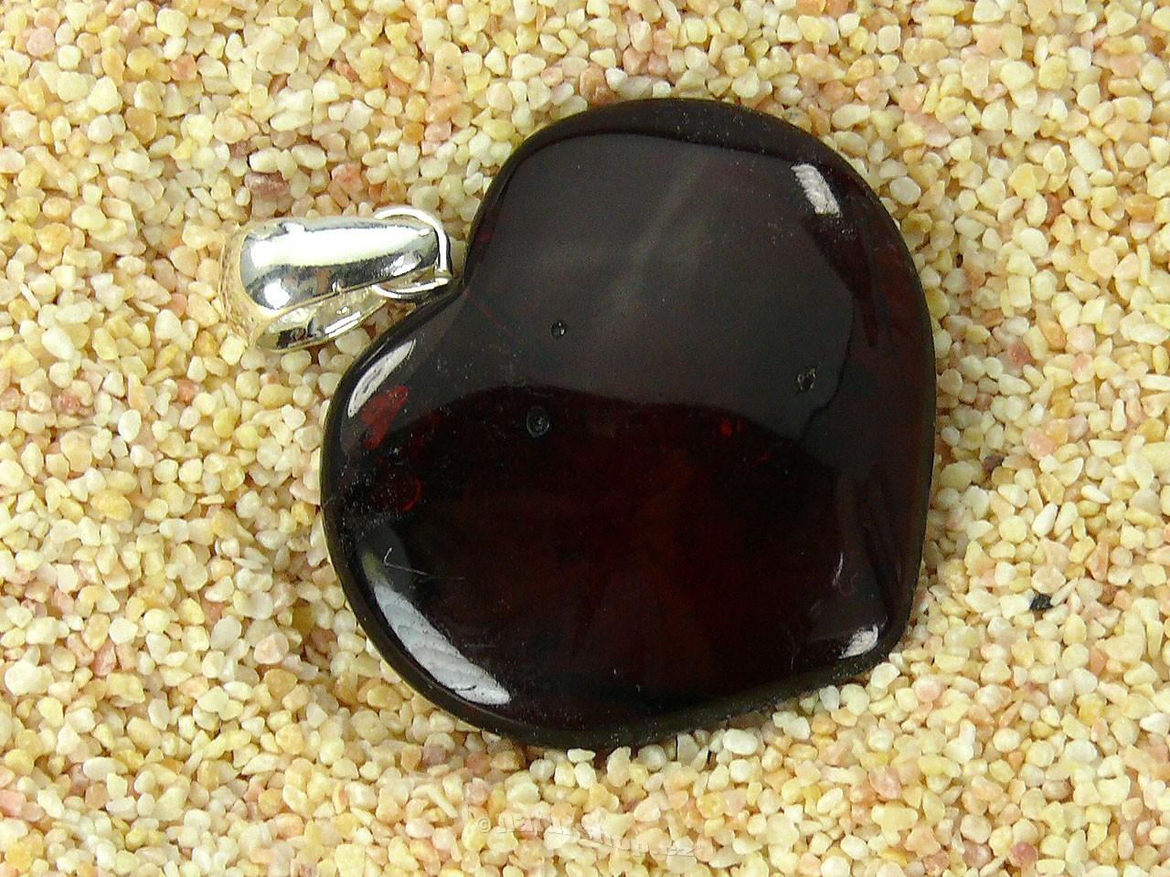 Přívěsek jantar tmavé srdce stříbrný úchyt 2,7g