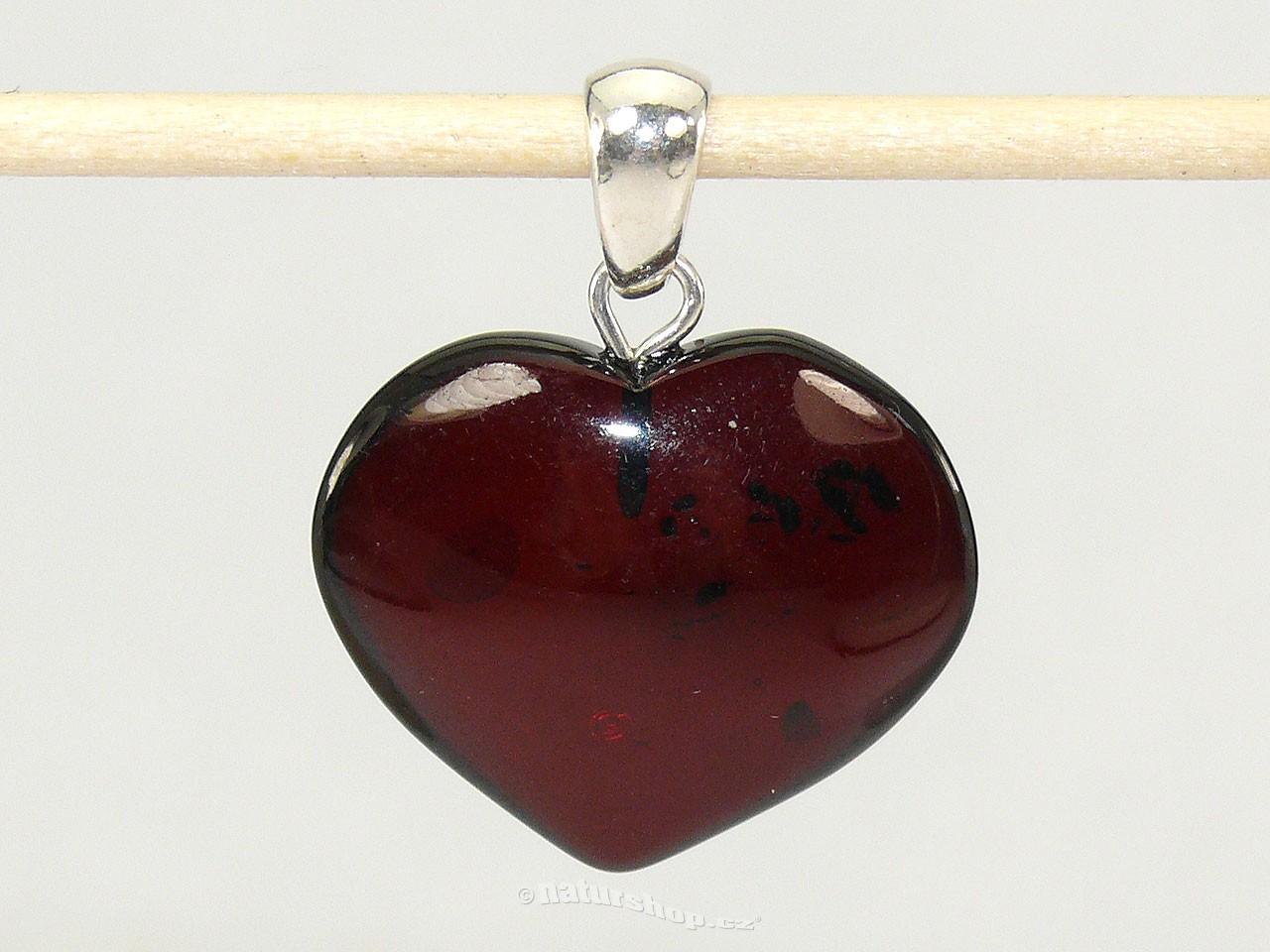 Přívěsek jantar tmavé srdce stříbrný úchyt 2,0g