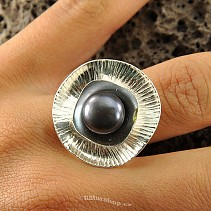 Botanic Collection: Ag silver flower ring with a dark pearl